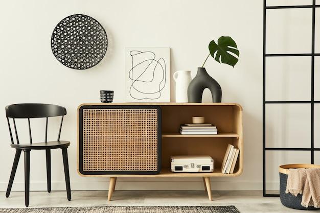 木製のcommode、デザインチェア、カーペット、花瓶のトロピカルリーフ、ユニークな家の装飾のパーソナルアクセサリーを備えたモダンなアパートメントのスタイリッシュなスカンジナビアのリビングルームのインテリア。レンプレート。