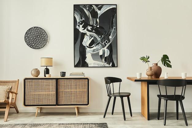 나무 옷장, 디자인 테이블, 의자, 카펫, 벽에 추상적 인 그림과 독특한 가정 장식의 개인 액세서리가있는 현대 아파트의 세련된 스칸디나비아 거실 인테리어.