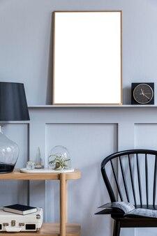 세련된 스칸디나비아 거실 인테리어 디자인 블랙 의자 나무 콘솔 공기 식물 책 장식 선반 및 우아한 액세서리 현대 가정 장식
