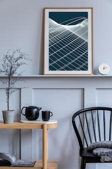 Стильный интерьер гостиной в скандинавском стиле с дизайнерским черным стулом, деревянной консолью, растениями, книгой, декором, макетом рамки для плаката на полке и элегантными аксессуарами в современном домашнем декоре.