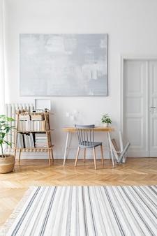 Стильная гостиная в скандинавском стиле с дизайнерской мебелью, растениями, бамбуковой книжной полкой, деревянным столом, художественными картинами, коричневым паркетом в современном домашнем декоре.