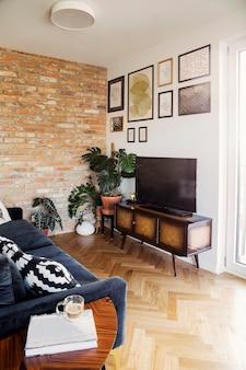 Стильная скандинавская гостиная с дизайнерским диваном и шаблоном книжной стойки