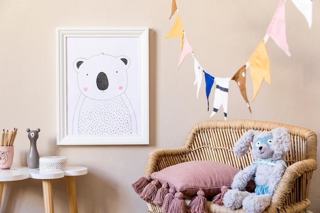 사진 프레임, 봉제 장난감, 디자인 가구, 장난감 및 액세서리를 갖춘 세련된 스칸디나비아 어린이집 인테리어. 어린이 방을위한 가정 장식.