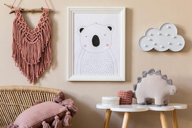 Стильный скандинавский интерьер детской с фоторамкой, игрушкой, дизайнерской мебелью, подушками и аксессуарами. красивое украшение на бежевой стене. домашний декор для детской комнаты.