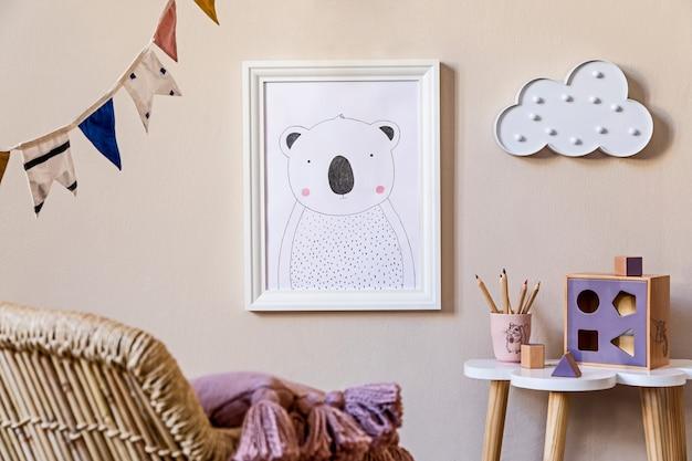 액자, 장난감, 디자인 가구, 베개 및 액세서리를 갖춘 세련된 스칸디나비아 보육원 인테리어. 베이지 색 벽에 아름다운 장식. 어린이 방을위한 가정 장식.