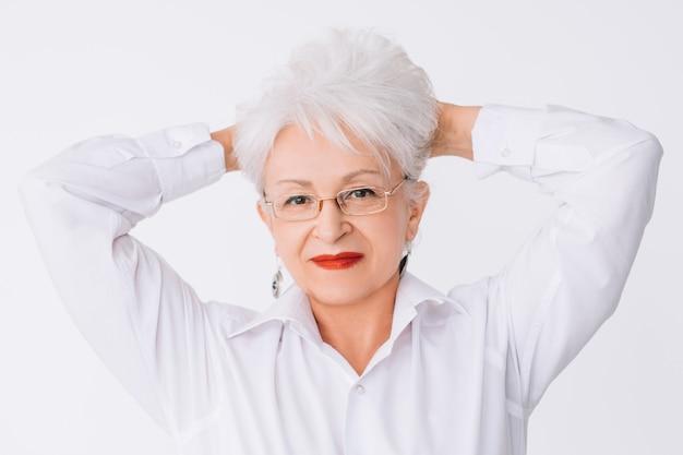 세련된 시니어 레이디. 라이프 스타일 룩. 자신감과 우아함. 성공한 노부인