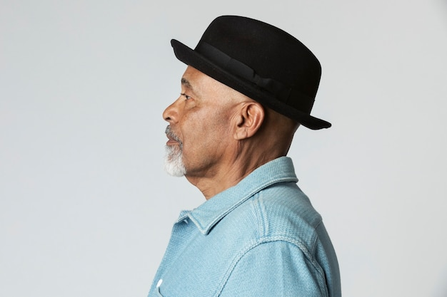 プロフィールショットで黒い帽子をかぶったスタイリッシュな年配の男性