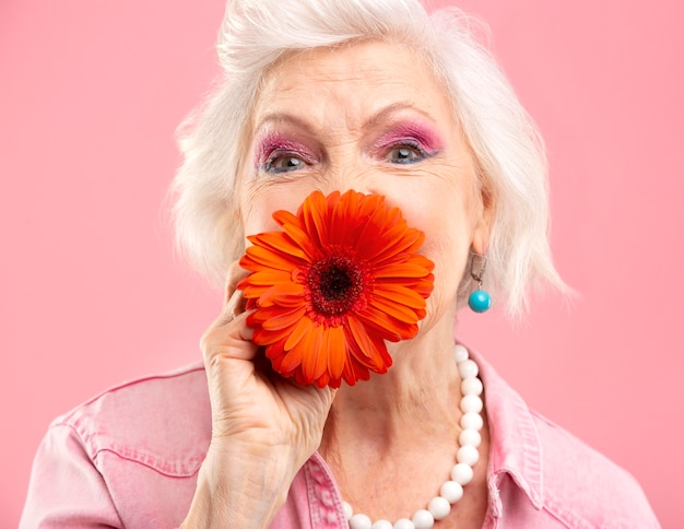ピンクのスタイリッシュな年配の女性