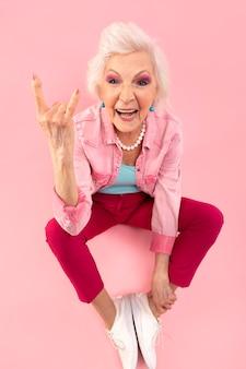 Стильная старшая женщина в розовом