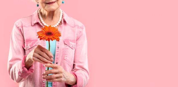 Стильная модель старшей женщины в розовом