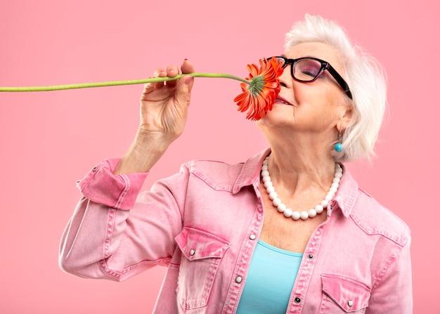ピンクのスタイリッシュな年配の女性モデル