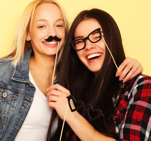 세련 된 섹시 한 hipster 여자 가장 친한 친구 파티 준비