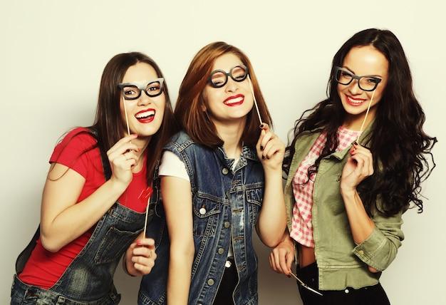 Лучшие друзья стильных сексуальных хипстерских девушек готовы к вечеринке