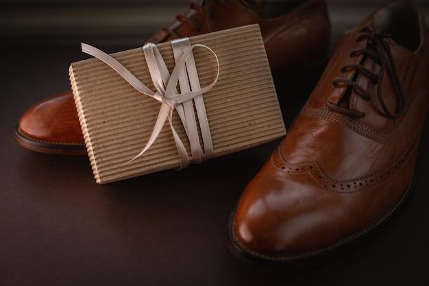 スタイリッシュな靴とギフトボックス