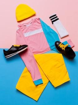 スタイリッシュなスポーツブラウスとパンツ。パステルトレンド。ファッションアクセサリー。ビーニーと靴下。最小限のスタイリッシュな服フィットネス服