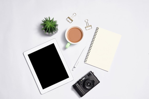 色の背景にラップトップとスタイリッシュな文房具
