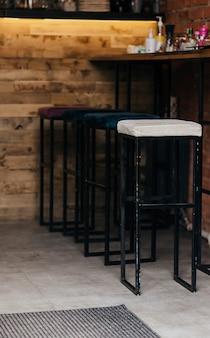 실내 산업 및 현대적인 스타일의 식당에 있는 세련된 강철 의자 - 아무도 사용하지 않는 비어 있습니다.