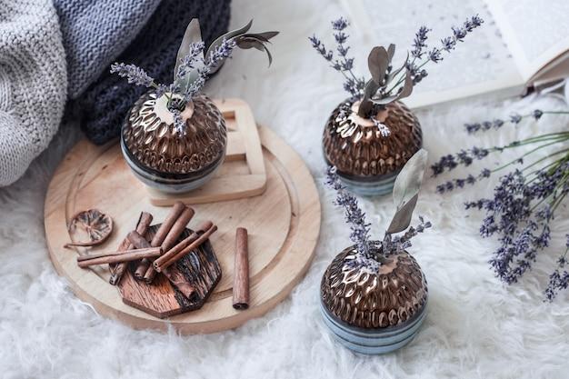Стильный натюрморт декоративные вазы в домашнем интерьере