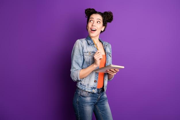보라색 벽에 포즈 곱슬 머리를 가진 세련된 학생