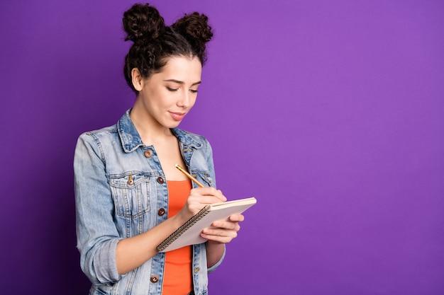 紫色の壁に向かってポーズをとる巻き毛のスタイリッシュな学生