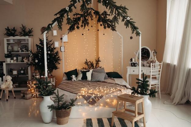 Стильная студия с большой белой кроватью, туалетным столиком с зеркалом и другой мебелью.