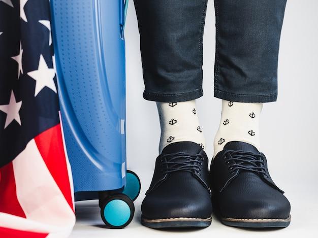 スタイリッシュなスーツケース、アメリカ国旗、メンズレッグ、明るいソックス