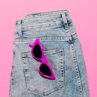 スタイリッシュなサングラスとジーンズ。サマールック