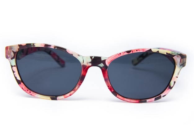 Стильные солнцезащитные очки на белой поверхности