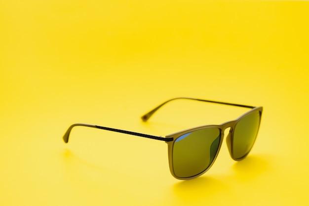 Стильные солнцезащитные очки на желтом фоне фото высокого качества солнцезащитные очки.