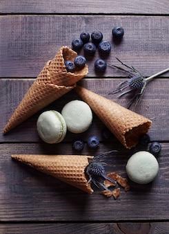 木製のテーブルの上のスタイリッシュな甘い食べ物のコンセプト