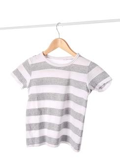 白い背景の上のスタイリッシュなtシャツ