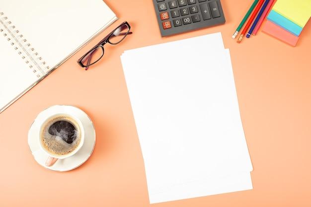 スタイリッシュなテーブルデスク、ワークスペース。モックアップテンプレートの事務処理と財務報告、履歴書、概要、フォーム、契約。 Premium写真