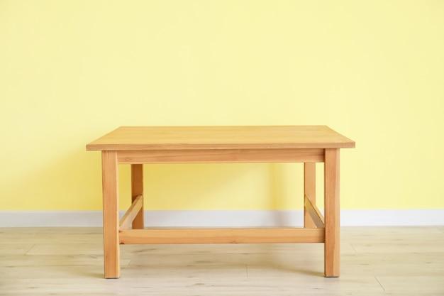 部屋の色の壁の近くのスタイリッシュなテーブル