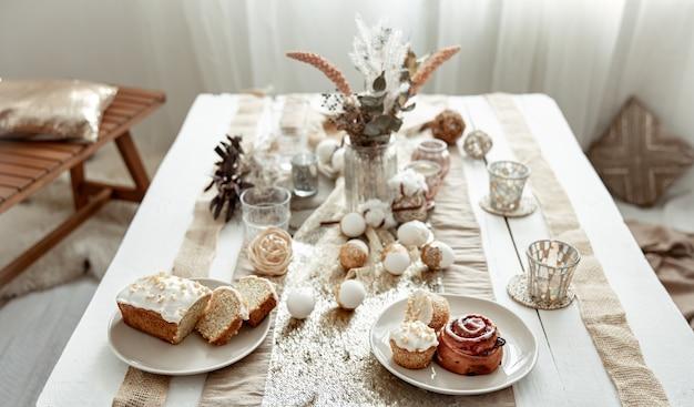 イースターのお祝いのためのスタイリッシュなテーブルセッティング