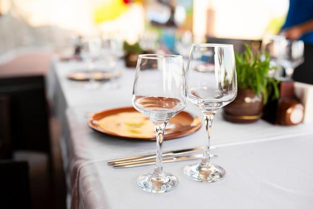 Стильная сервировка стола в ресторане под открытым небом.