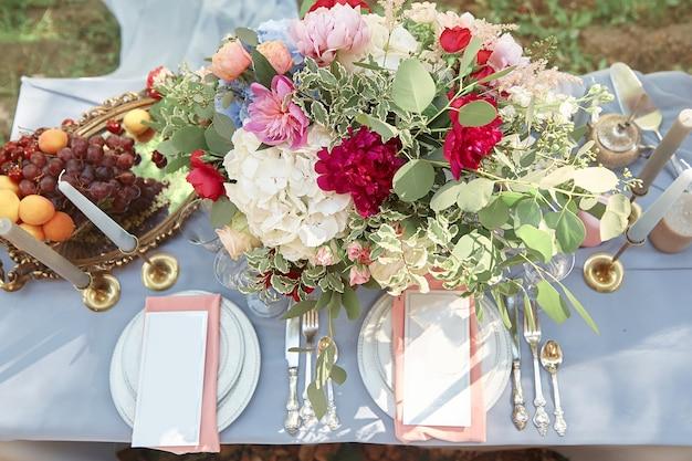 アウトドでの休日のための果物と花のスタイリッシュなテーブル
