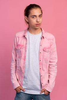Ragazzo teenager alla moda in posa rosa