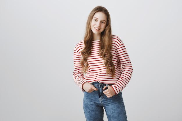 Elegante ragazza adolescente sorridente felice
