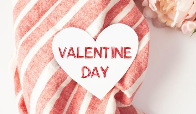 幸せなバレンタインデーの碑文とスタイリッシュなテキストフレームライトボックス。バレンタインデーのホイル風船上面図。スペースをコピーします。