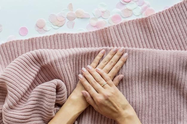 Стильный модный женский розовый маникюр