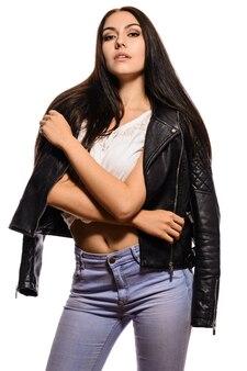 黒の革のジャケットでスタイリッシュなトレンディな女の子