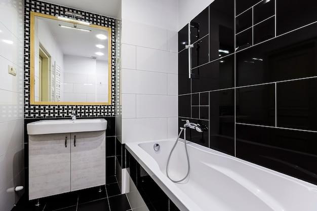 Стильный вид на ванную комнату с современной ванной