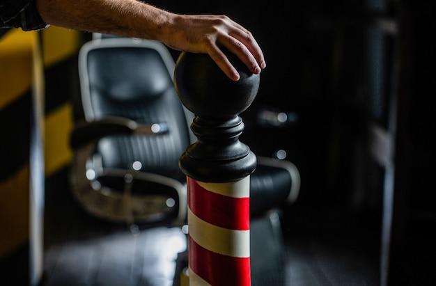 Стильное винтажное кресло для парикмахера