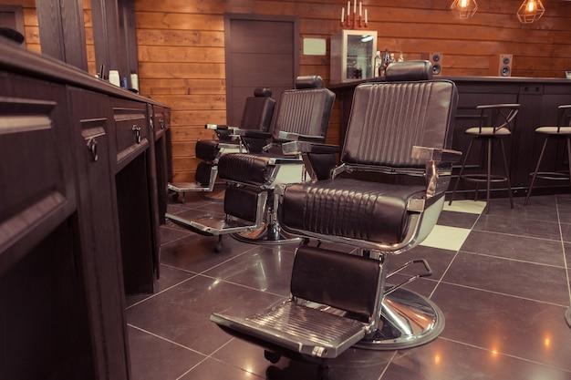 理髪店の椅子とスタイリッシュなヴィンテージレトロなインテリア。理髪店の背景テーマ