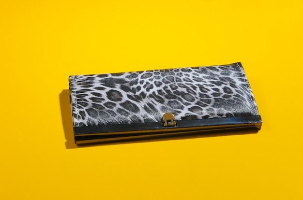 Стильный кошелек на желтом. модный минимализм.