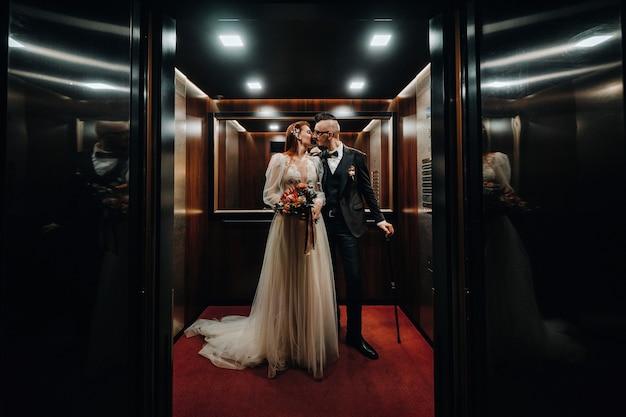 인테리어에 세련 된 웨딩 커플입니다. 매력적인 신부와 신랑