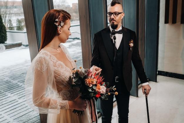 인테리어에 세련 된 웨딩 커플입니다. 매력적인 신부와 신랑.