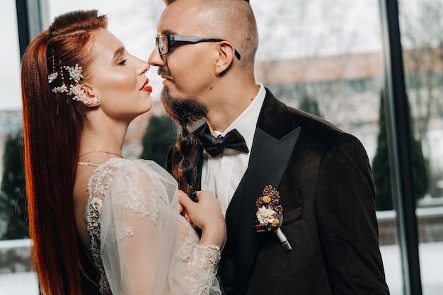 인테리어에 세련 된 웨딩 커플