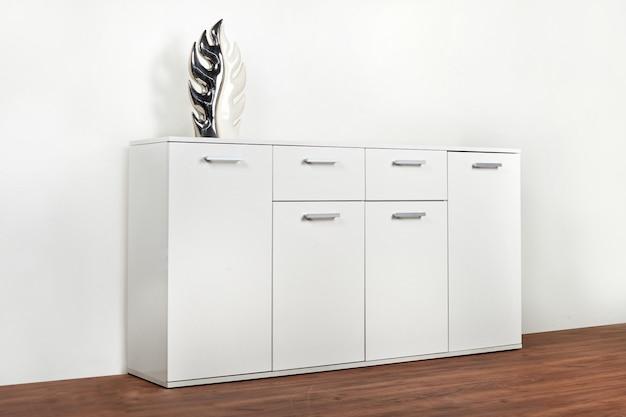 Стильный белый комод на белом фоне. гардеробная мебель
