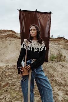 アメリカインディアンのような格好をしたスタイリッシュな女性